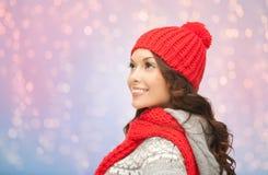 Νέα χαμογελώντας γυναίκα στα χειμερινά ενδύματα Στοκ εικόνες με δικαίωμα ελεύθερης χρήσης