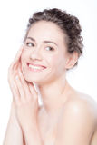 Νέα χαμογελώντας γυναίκα σχετικά με το ομαλό, υγιές πρόσωπό της Στοκ εικόνες με δικαίωμα ελεύθερης χρήσης