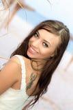 Νέα χαμογελώντας γυναίκα στοκ εικόνες με δικαίωμα ελεύθερης χρήσης