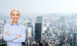 Νέα χαμογελώντας επιχειρηματίας με τα διασχισμένα όπλα Στοκ εικόνες με δικαίωμα ελεύθερης χρήσης