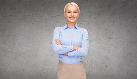 Νέα χαμογελώντας επιχειρηματίας με τα διασχισμένα όπλα Στοκ Φωτογραφία