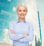 Νέα χαμογελώντας επιχειρηματίας με τα διασχισμένα όπλα Στοκ Εικόνες