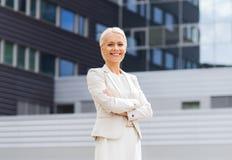 Νέα χαμογελώντας επιχειρηματίας με τα διασχισμένα όπλα Στοκ εικόνα με δικαίωμα ελεύθερης χρήσης