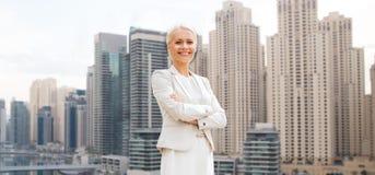 Νέα χαμογελώντας επιχειρηματίας με τα διασχισμένα όπλα Στοκ Εικόνα