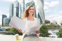 Νέα χαμογελώντας επιχειρηματίας με το σωρό των εγγράφων Στοκ φωτογραφία με δικαίωμα ελεύθερης χρήσης