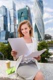 Νέα χαμογελώντας επιχειρηματίας με το σωρό των εγγράφων Στοκ φωτογραφίες με δικαίωμα ελεύθερης χρήσης