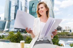 Νέα χαμογελώντας επιχειρηματίας με το σωρό των εγγράφων Στοκ Εικόνες