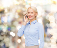 Νέα χαμογελώντας επιχειρηματίας με το smartphone Στοκ Φωτογραφία