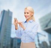 Νέα χαμογελώντας επιχειρηματίας με το smartphone Στοκ Εικόνες