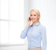 Νέα χαμογελώντας επιχειρηματίας με το smartphone Στοκ φωτογραφία με δικαίωμα ελεύθερης χρήσης
