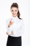 Νέα χαμογελώντας επιχειρηματίας που δείχνει στη κάμερα Στοκ Εικόνες