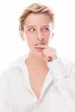 Νέα χαριτωμένα δαγκώματα γυναικών στο δάχτυλό της στοκ φωτογραφία