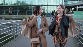 Νέα χαριτωμένα multiethnic κορίτσια με τις τσάντες αγορών απόθεμα βίντεο