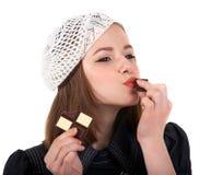 Νέα χαριτωμένη αγάπη κοριτσιών brunette με τη σοκολάτα Στοκ Εικόνες