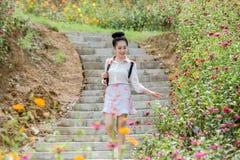 Νέα χαριτωμένη γυναίκα με το λουλούδι στοκ εικόνες