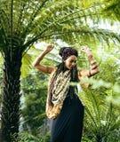 Νέα χαριτωμένη χαμογελώντας πραγματική μοντέρνη ντυμένη γυναίκα στο πράσινο πάρκο φοινικών Στοκ φωτογραφία με δικαίωμα ελεύθερης χρήσης