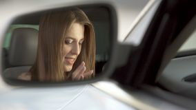 Νέα χαρούμενη συνεδρίαση γυναικών στο αυτοκίνητο και να τυλίξει στην ταμπλέτα ή το smartphone, καθρέφτης απόθεμα βίντεο