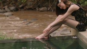 Νέα χαλάρωση γυναικών από τη λίμνη πολυτέλειας απόθεμα βίντεο