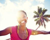 Νέα χαλάρωση γυναικών σε μια τροπική παραλία Στοκ φωτογραφία με δικαίωμα ελεύθερης χρήσης