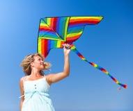 Νέα χαλάρωση γυναικών σε μια τροπική παραλία Στοκ εικόνα με δικαίωμα ελεύθερης χρήσης