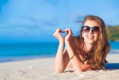 Νέα χαλάρωση γυναικών στην παραλία το βράδυ Παραλία Volbert Anse, νησί Praslin, Σεϋχέλλες Στοκ φωτογραφία με δικαίωμα ελεύθερης χρήσης