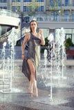 Νέα χαλάρωση γυναικών στην πηγή οδών στην καυτή θερινή ημέρα Στοκ φωτογραφία με δικαίωμα ελεύθερης χρήσης