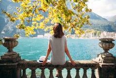 Νέα χαλάρωση γυναικών στην όμορφη λίμνη Garda Στοκ φωτογραφία με δικαίωμα ελεύθερης χρήσης
