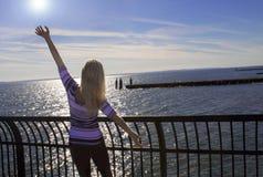 Νέα χαλάρωση γυναικών στον ωκεανό Στοκ φωτογραφία με δικαίωμα ελεύθερης χρήσης