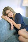 Νέα χαλάρωση επιχειρησιακών γυναικών στον καναπέ μετά από την εργασία Στοκ εικόνες με δικαίωμα ελεύθερης χρήσης