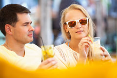 Νέα χαλάρωση ζευγών με την αναζωογόνηση των ποτών Στοκ Εικόνες