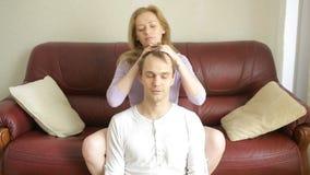 Νέα χαλάρωση ζευγών στον καναπέ στο καθιστικό, ήπια να αγκαλιάσει και να μιλήσει απόθεμα βίντεο