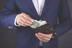 Νέα χρήματα χεριών επιχειρησιακών ατόμων με το πορτοφόλι στοκ εικόνες με δικαίωμα ελεύθερης χρήσης