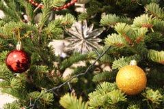 Νέα χριστουγεννιάτικα δέντρα παιχνιδιών διακοσμήσεων έτους και Χριστουγέννων, σπίτια διαμερισμάτων στοκ φωτογραφία
