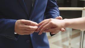 Νέα χρυσά γαμήλια δαχτυλίδια ερωτευμένης ανταλλαγής newlyweds ζευγών απόθεμα βίντεο