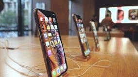 Νέα χρώματα και μεγέθη iPhone XS της Apple διαφορετικά smartphones απόθεμα βίντεο