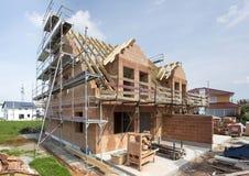 Νέα χτισμένη στέγη στο κατοικημένο σπίτι στην κατασκευή Στοκ Εικόνες