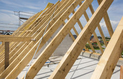 Νέα χτισμένη στέγη στο κατοικημένο σπίτι στην κατασκευή Στοκ φωτογραφία με δικαίωμα ελεύθερης χρήσης