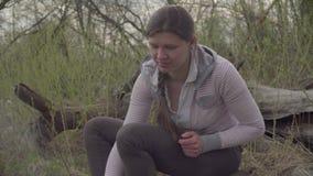 Νέα ψήνοντας marshmallows γυναικών απόθεμα βίντεο