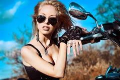 Νέα όμορφα γυναίκα και ποδήλατο Στοκ εικόνα με δικαίωμα ελεύθερης χρήσης