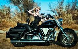 Νέα όμορφα γυναίκα και ποδήλατο Στοκ Φωτογραφίες