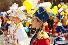 Νέα όμορφα κορίτσια που παίζουν τα τύμπανα και που βαδίζουν στο φεστιβάλ μουσικής στοκ εικόνα με δικαίωμα ελεύθερης χρήσης