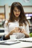 Νέα όμορφα μηνύματα ανάγνωσης επιχειρησιακών γυναικών στοκ εικόνες με δικαίωμα ελεύθερης χρήσης