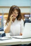 Νέα όμορφα μηνύματα ανάγνωσης επιχειρησιακών γυναικών στοκ εικόνες