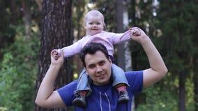 Νέα όμορφα παιχνίδια ατόμων με τη μικρή χαριτωμένη κόρη του φιλμ μικρού μήκους