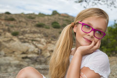 Νέα όμορφα πρότυπα μακριά σγουρά ξανθά μαλλιά κοριτσιών που χαμογελούν στα ρόδινα γυαλιά και ένα κομψό φόρεμα στη λίμνη με το κιγ Στοκ φωτογραφία με δικαίωμα ελεύθερης χρήσης
