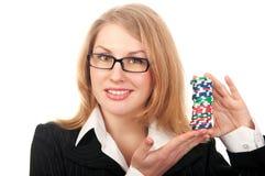 Νέα όμορφα τσιπ πόκερ εκμετάλλευσης κοριτσιών Στοκ φωτογραφία με δικαίωμα ελεύθερης χρήσης
