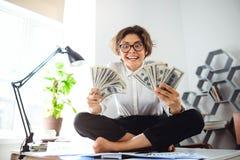 Νέα όμορφα χρήματα εκμετάλλευσης επιχειρηματιών, συνεδρίαση στον πίνακα στον εργασιακό χώρο Στοκ φωτογραφία με δικαίωμα ελεύθερης χρήσης