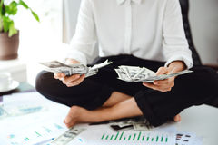Νέα όμορφα χρήματα εκμετάλλευσης επιχειρηματιών, συνεδρίαση στον πίνακα στον εργασιακό χώρο Στοκ Εικόνες