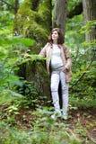 Νέα όμορφη έγκυος γυναίκα που σε ένα πάρκο Στοκ φωτογραφίες με δικαίωμα ελεύθερης χρήσης