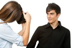 Νέα όμορφη αρσενική πρότυπη τοποθέτηση στη φωτογραφική μηχανή. στοκ φωτογραφία